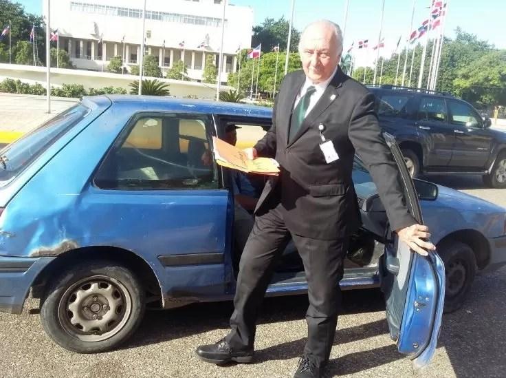 En este vehículo llegó un diputado hoy al Congreso Nacional