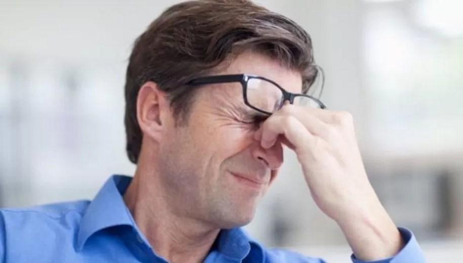 Cómo prevenir que se dañe la vista frente a la pantalla de tu computadora
