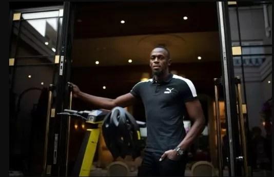 """El velocista olímpico de Jamaica, Usain Bolt, posa durante una sesión de fotos para su lanzamiento de una nueva marca de scooters eléctricos llamada """"Bolt"""", en París, el 15 de mayo de 2019."""
