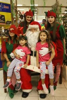 María José Mendez , María Paula Mendez con Santa Claus y las Duendes