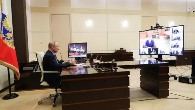 Putin se aísla tras casos de covid-19 en su entorno y confía en vacuna rusa
