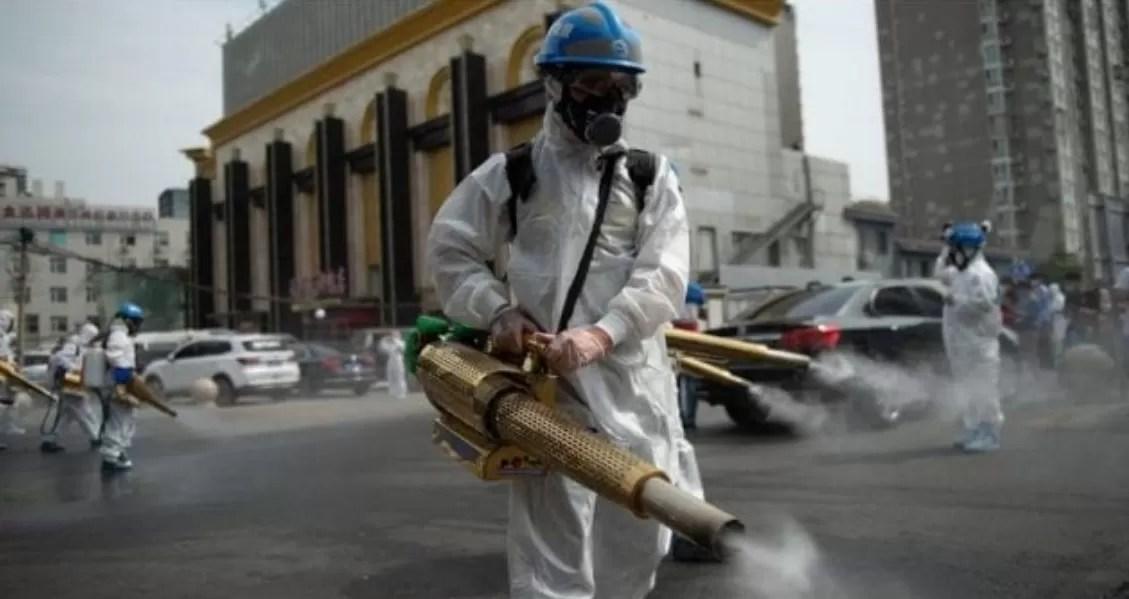 """China denuncia la """"arrogancia"""" de la OMS por querer investigar el origen del covid"""