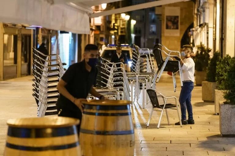 España decreta toque de queda por el virus, que deja récord de contagios en el mundo por tercer día