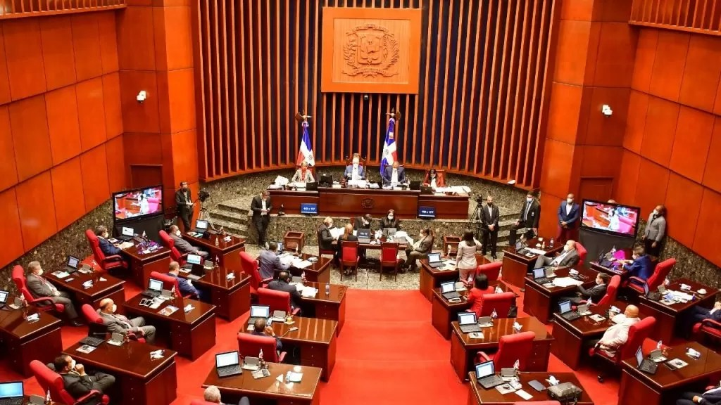 Aprueban resolución solicita al presidente prohibir entrada de personas a lugares públicos y privados sin vacunarse