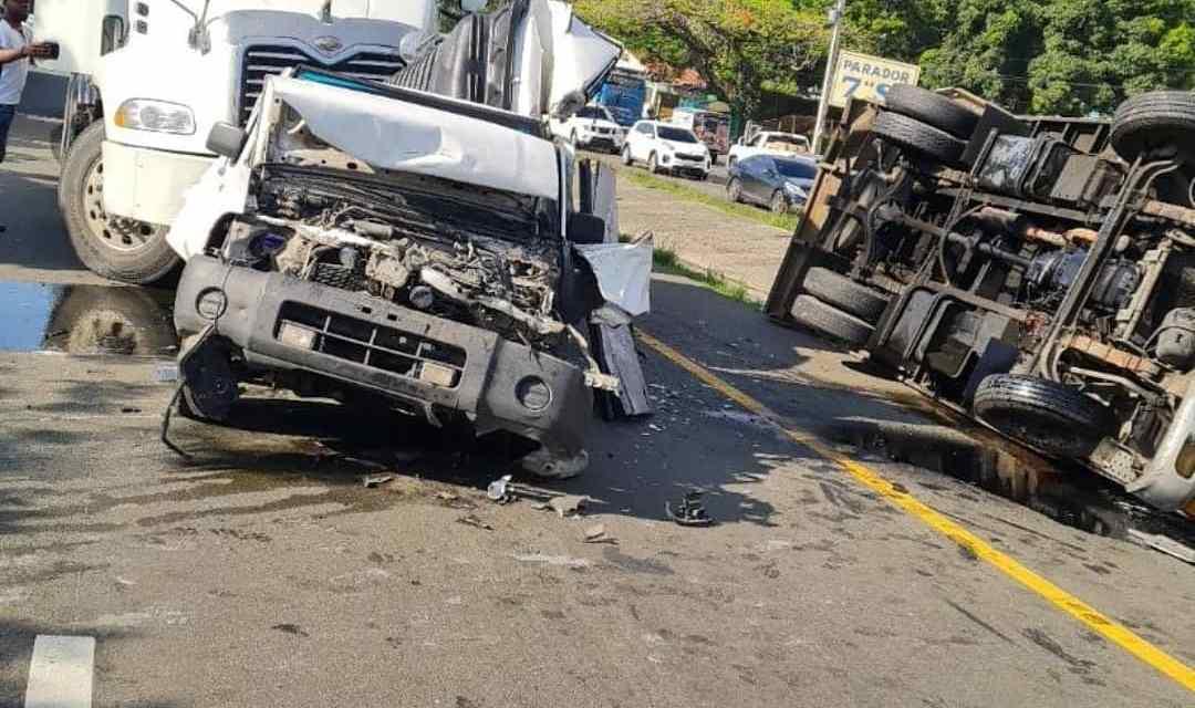 Accidente múltiple en la Autopista Duarte, 6 vehículos involucrados
