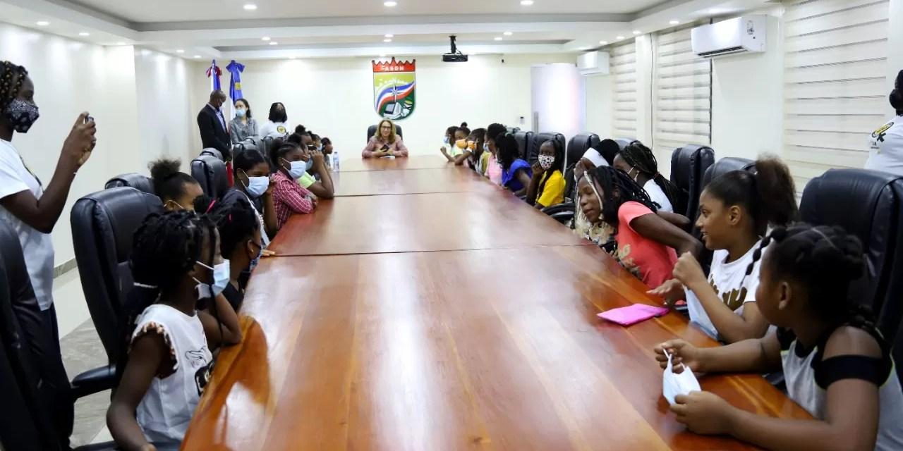 Vicealcaldesa de SDN orienta a niñas de Organización Mamá Tingo