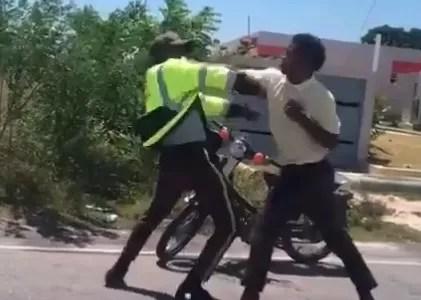 Agente de DIGESETT y un civil a trompadas limpias en plena calle