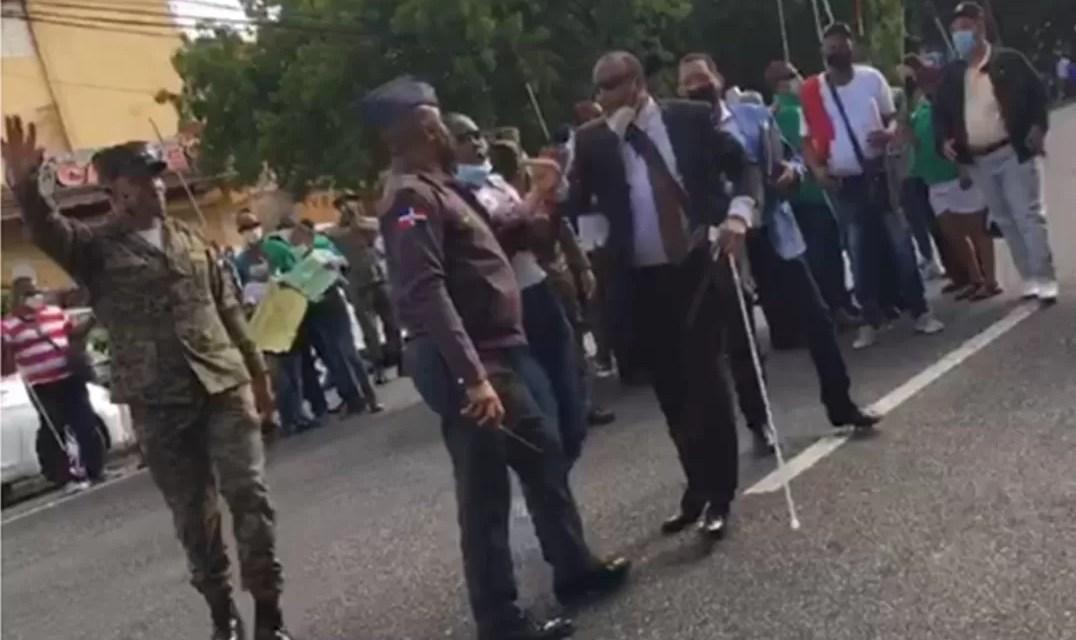 No videntes protestan frente a la Lotería Nacional