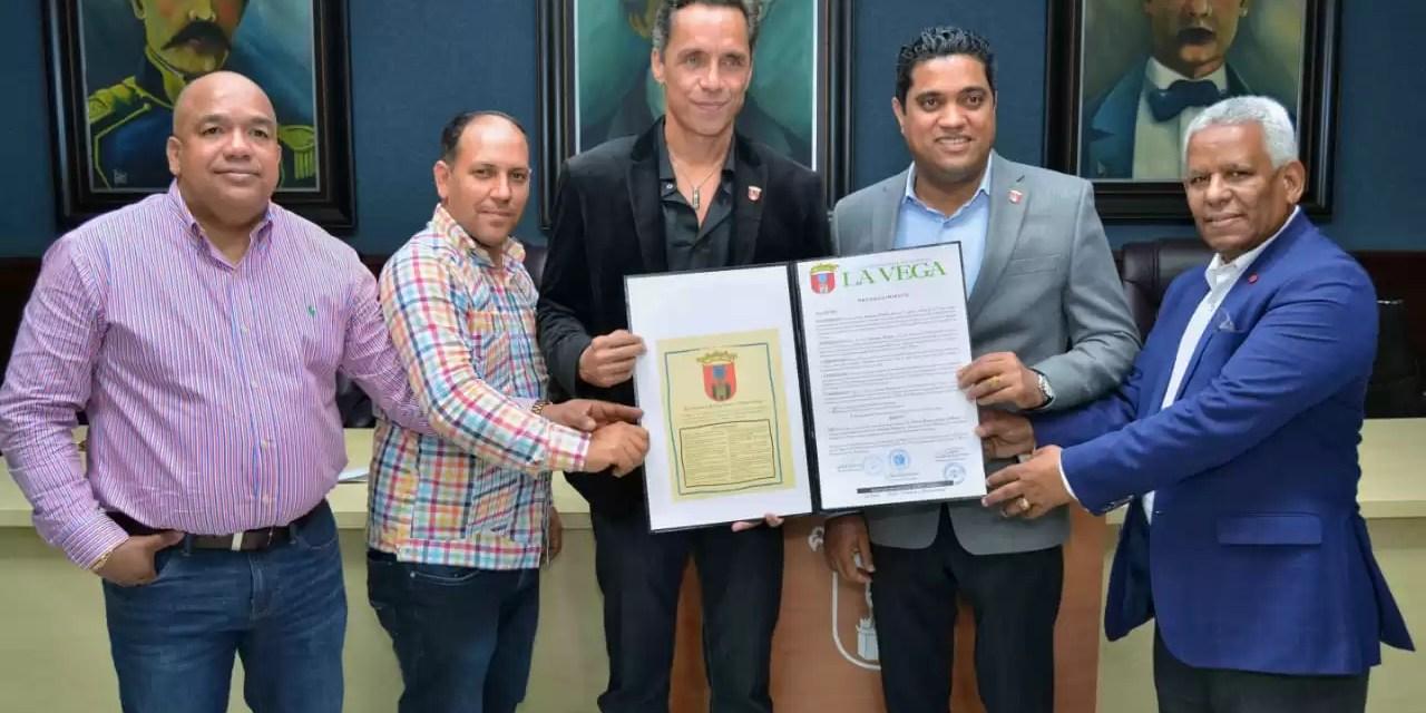 Kelvin Cruz reconoce al renombrado actor vegano Anthony Álvarez
