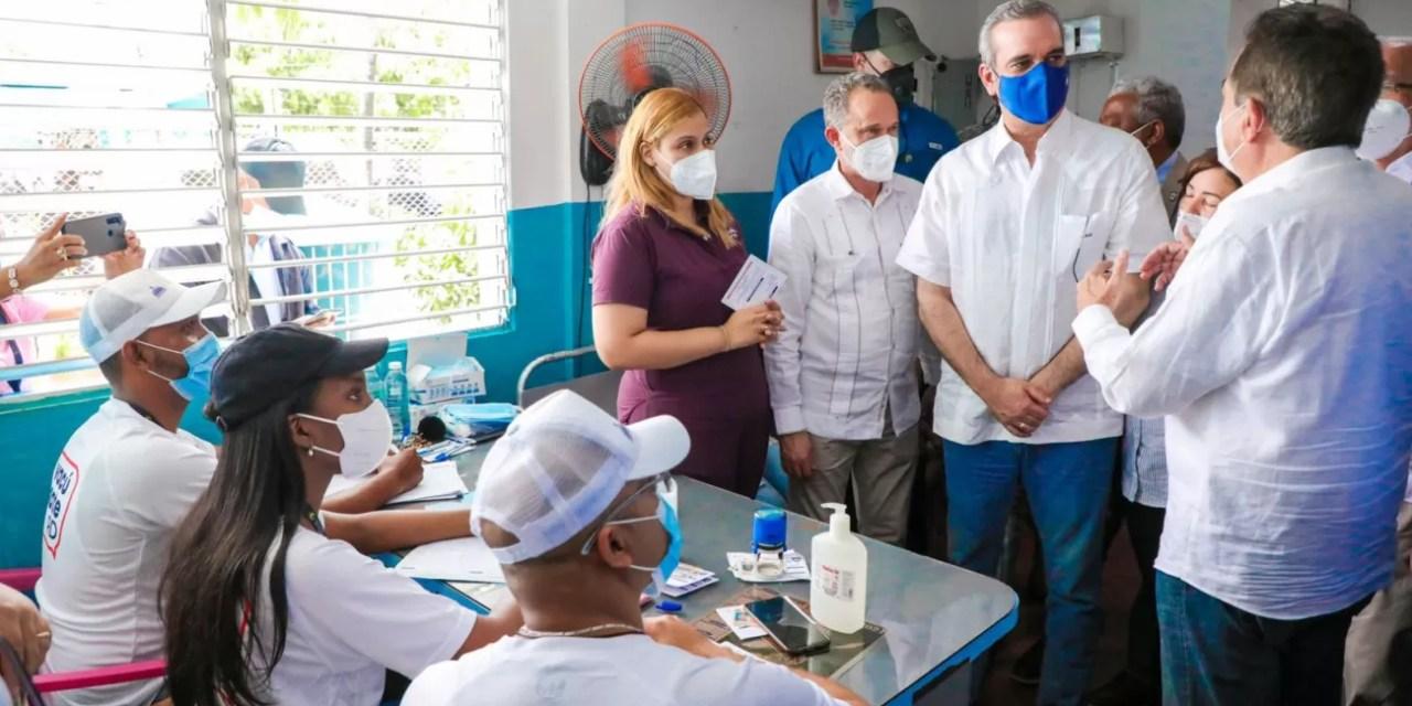 Para activar economía y empleos, Abinader motiva a vacunarse en Baní