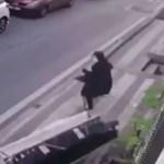 VIDEO: Una mujer se salva por centímetros de morir aplastada por un sofá