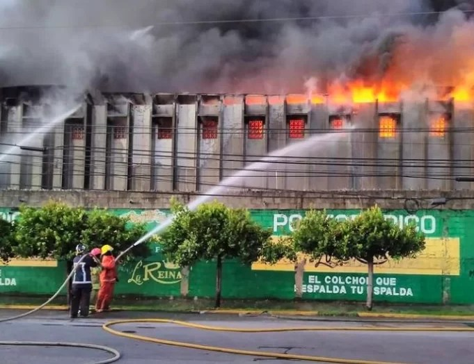 Incendio afecta colchonería  la Reina en el Ensanche La Fe