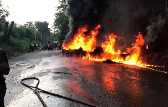 Video: Se incendia tanquero de combustible en la autopista Duarte