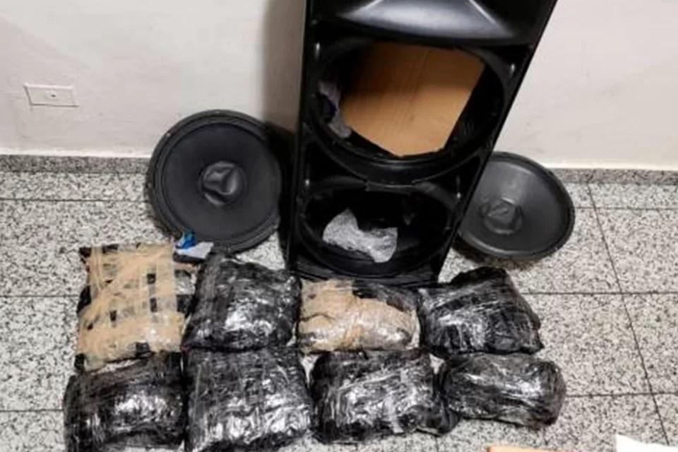 Ocupan ocho paquetes de presunta marihuana dentro de cajón de música en el AILA