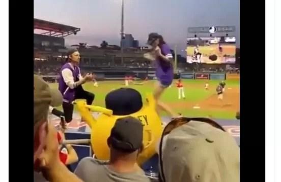 Video – Le propusieron matrimonio y salió corriendo