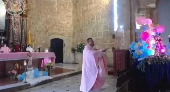 Video – Padre de la Iglesia Las Mercedes se la canta al PRM