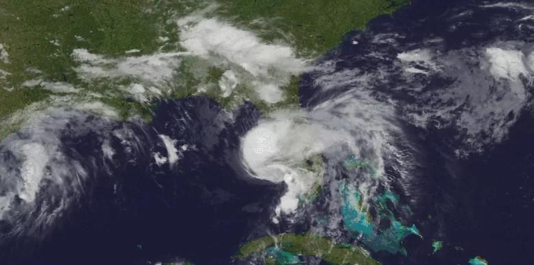 Elsa recobra fuerza de huracán y se acerca a Florida