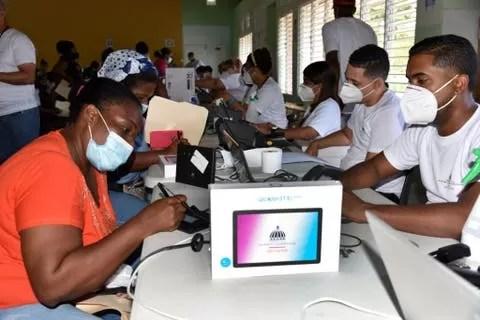 Educación entrega 17,873 equipos tecnológicos a estudiantes de Samaná