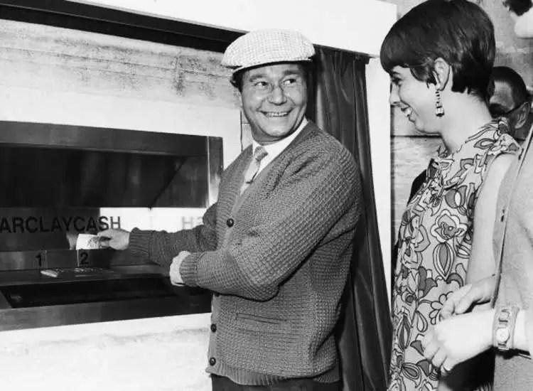 La curiosa historia de cómo nació el cajero automático