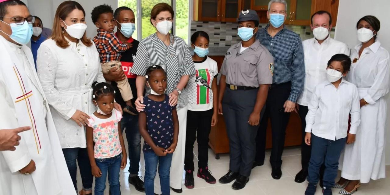 Entregan primeros apartamentos del Plan Familia Feliz en Azua