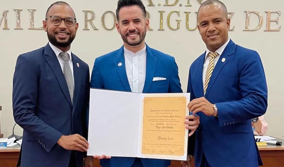 Manny Cruz es declarado hijo predilecto de Santo Domingo