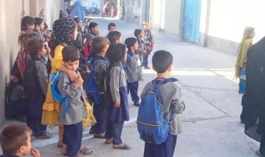 Ya no podrán ir a la escuela, maestros se despiden de sus alumnas en Afganistán