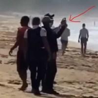 Video: policías grabando a surfistas recuperaban un cadáver en una playa de Samaná