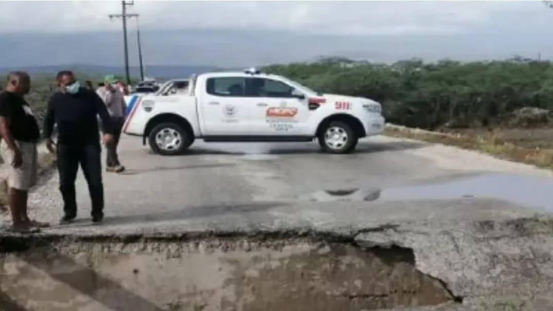 Tramo de la autopista Duarte cerrado tras colapso de carretera
