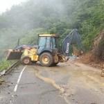 Tierra y escombros cayeron en muros de contención en carretera a Constanza