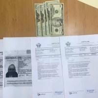 Apresan mujer cuando vendía pruebas de Covid-19 falsas a dos turistas