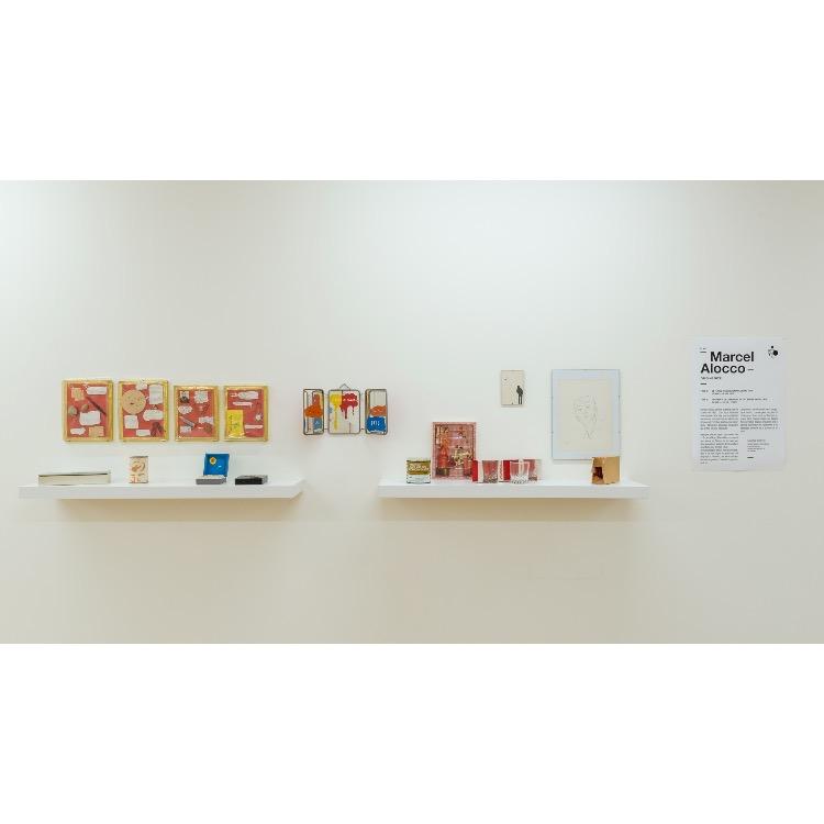 """Vue de l'exposition """"Marcel Alocco : Origine Nice. Tome 1 : De Fluxus à Idéogrammaire (avant 1974)"""", avec de droite à gauche :  """"Autoportrait"""", 1958, """"Portrait de George Brecht"""", 1965, """" Portrait d'époque"""", Février 1965, """"Boîte inverse n°1"""", Mars 1966, """"Verres, Musée sans architecture"""",1967, """"Seule vraie peinture"""", 1968, """"Imagination, Lire, Miroir-Jeu"""", 1966-1967, """"Le Tiroir aux Vieilleries"""", 1967, """"Nuit-ouvrez"""", 1967, """"Nuit-ouvrez"""", multiple, 1967-2007, """"Champignons de Hiroshima"""", 1965/66, """"4 Machins-ci n°3-4-5-6"""", 1966. Photographie : © Grégory Copitet - Enseigne des Oudin"""