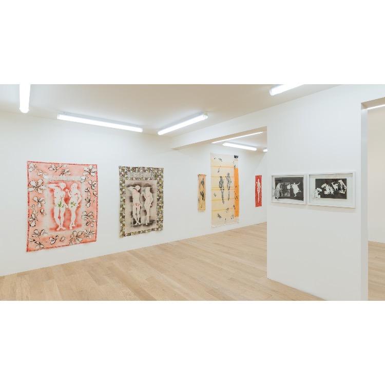 """Vue de l'exposition """"Marcel Alocco : Origine Nice. Tome 2 : fragments de la Peinture en Patchwork (depuis 1974)"""" avec en arrière plan, de gauche à droite : """"La Peinture en patchwork, Fragment n°290 B"""", 1986, """"La Peinture en patchwork, Fragment n°262"""", 1986. Sur le pilier de gauche à droite : """"Le danseur Etrusque, n°1074"""", 2018, """"La Liberté..., n°1124"""", 2019. Photographie : © Grégory Copitet - Enseigne des Oudin"""