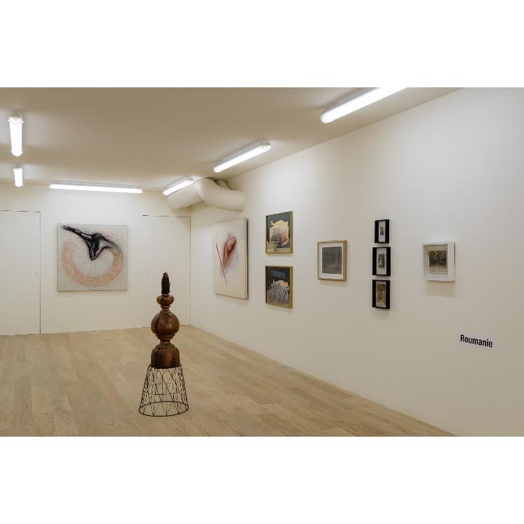 """Vue de l'exposition """"Nomos - Christian Paraschiv"""" avec de gauche à droite : «Féminin-Masculin», 1982, «Féminin-Masculin», 1982, «Féminin-Masculin», 1978, «Féminin-Masculin II», 1978, «Costinesti», 1978, «Ecolière», 1973, «Jeux, Mots croisés», 1970, «Performance NON», 1970, «Reimagine», 1978, «Monument Coca-Cola», 2012. Photographie : ©Grégory Copitet - Enseigne des Oudin"""