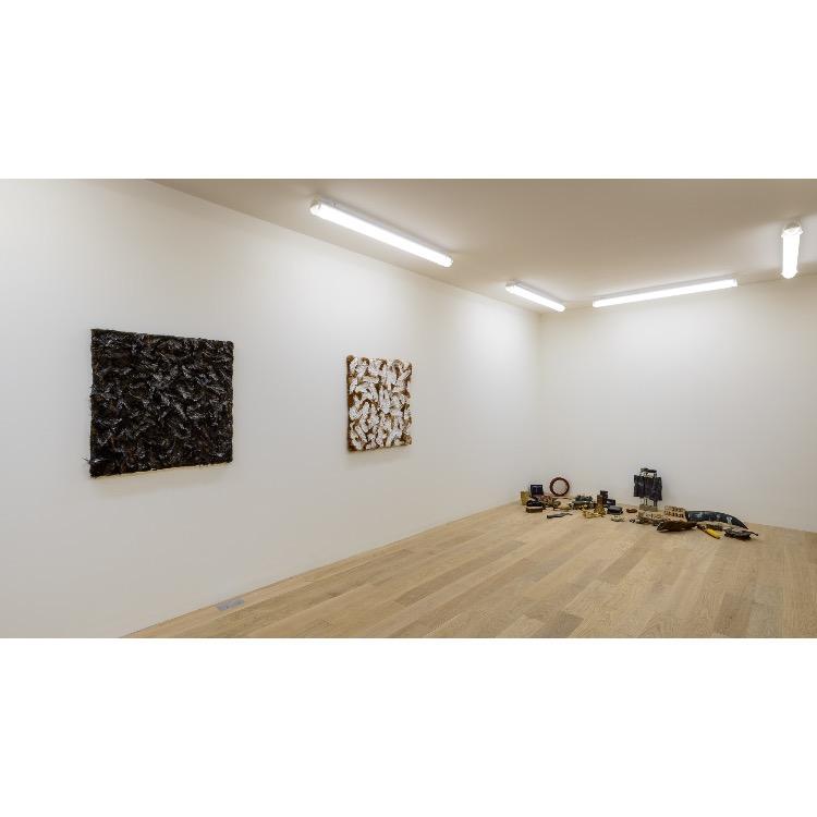 """Vue de l'exposition """"Nomos - Christian Paraschiv"""" avec de gauche à droite : «Installation politique», 1990, «Le noir est la couleur de langage», 1988, «Le noir est la couleur de langage», 1988. Photographie : © Grégory Copitet - Enseigne des Oudin"""