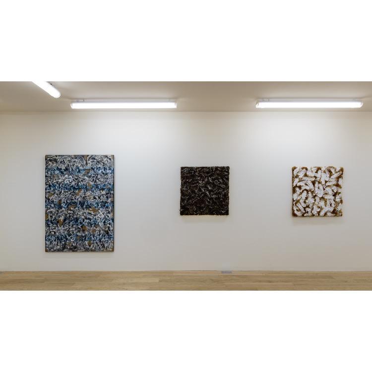 """Vue de l'exposition """"Nomos - Christian Paraschiv"""" avec de gauche à droite : «Sans titre», 1989, «Le noir est la couleur de langage», 1988, «Le noir est la couleur de langage», 1988. Photographie : © Grégory Copitet - Enseigne des Oudin"""