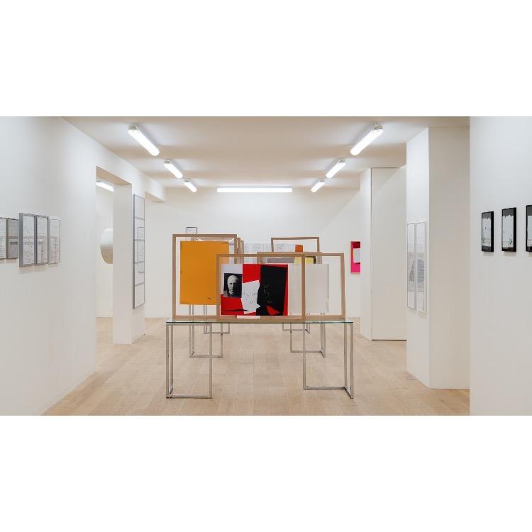 Vue de l'exposition de Marie Chamant «Javelles – Jachères – Polygraphie», avec au premier plan : «Teilhard de Chardin», 2013. Photographie: © Grégory Copitet – Enseigne des Oudin