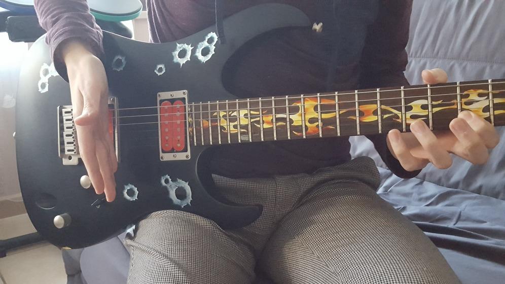 """Positionnement du poignet pour réaliser une pluie d'harmoniques à la guitare pour l'article """"Les Harmoniques Naturelles & Artificielles"""""""