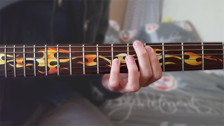 """Positionnement des doigts pour réaliser un accord d'octave sur une guitare pour l'article """"Les Accords d'Octave"""""""