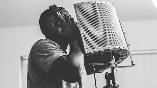 """Image d'une personne en train de chanter pour l'article """"Travailler Son Oreille Musicale"""""""
