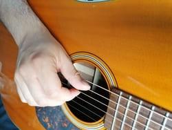 """Position de la main droite pour l'article """"Apprendre Le Fingerstyle"""""""