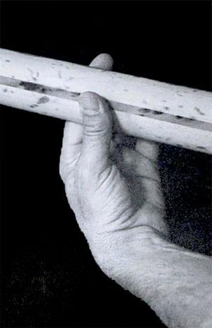 """Placement du pouce derrière le manche pour faire un barré pour l'article """"Les Accords Barrés À La Guitare"""""""