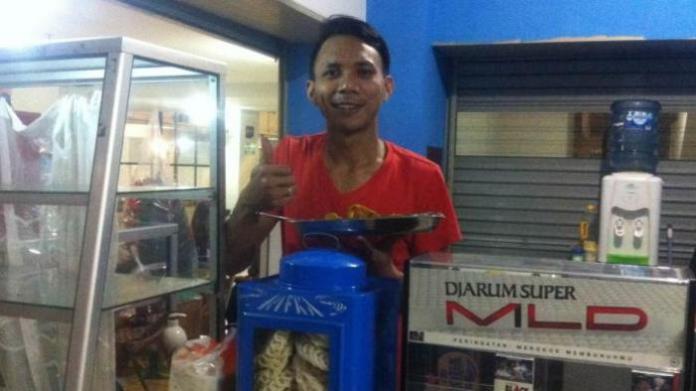 Norman Kamaru di Warung Bubur khas Manado Kalibata City