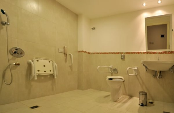 Adaptación del hogar, baño adaptado para discapacitados