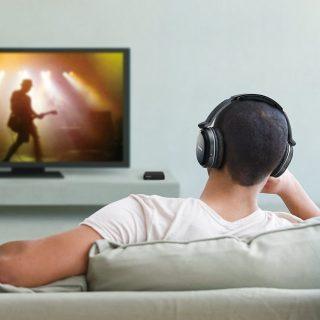 ワイヤレスイヤホン・ヘッドホンをテレビで使う方法まとめ!