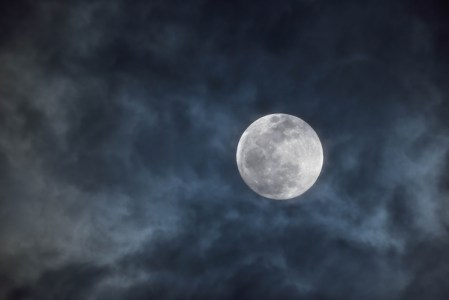 朧月・朧月夜の意味とは?使う季節はいつか、その使い方、由来や語源も