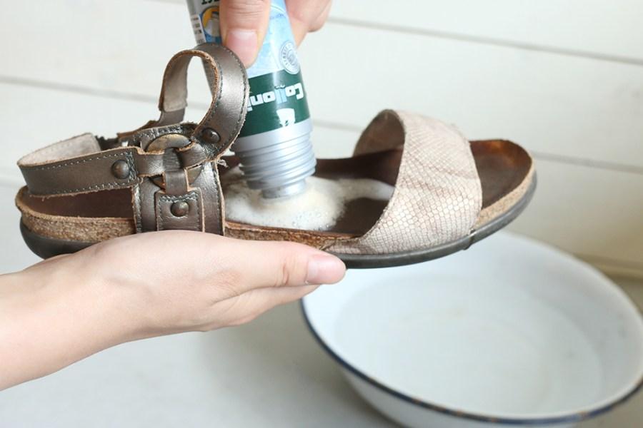 サンダルの洗い方!本革・合皮・布等の方法、臭いを取って清潔にしよう