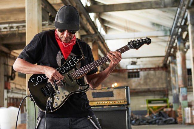 """グラミー賞2冠のギターレジェンド、トム・モレロの シグネイチャーモデル """"SOUL POWER"""" STRATOCASTER®を発売開始。"""