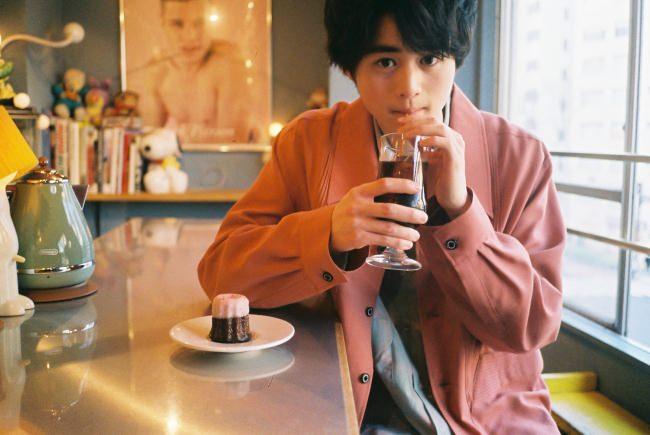 注目の俳優、鈴鹿央士が『VOGUE GIRL』に登場!人気連載「BOY FRIEND」で副編集長と本音のボーイズトーク。