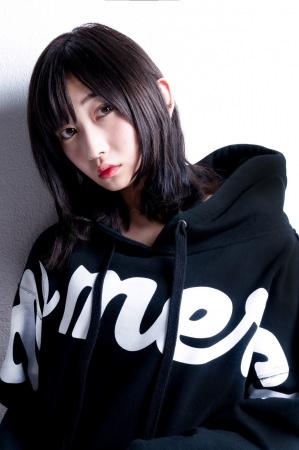 モデルの志田愛佳、UVERworldのTAKUYA∞が撮影を行い、オフショット写真を公開。