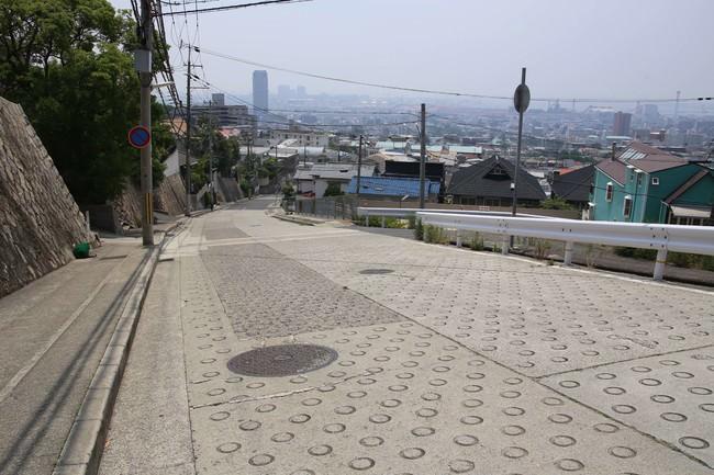 「御影山手の坂道」  (神戸市東灘区住吉山手)  神戸には六甲山麓に沿った住宅街の中に坂道も多く、特にこの道は海まできれいに見渡せる。